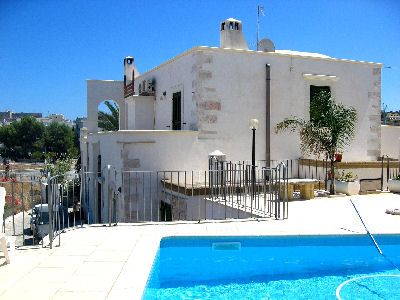 Vendo villa con piscina a vieste del gargano for Piani di garage con deposito rv
