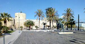 Castello di Manfredonia con monumento al re Manfredi
