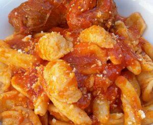 Apricena in tavola con le orecchiette al ragù di braciole nel Gargano in Puglia