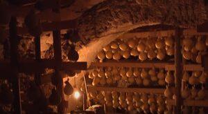 Stagionatura in grotta del caciocavallo podolico del Gargano
