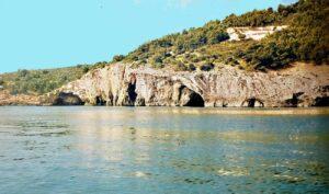 Gargano con una costa ricca di grotte, tratti sabbiosi, e rocce spoglie
